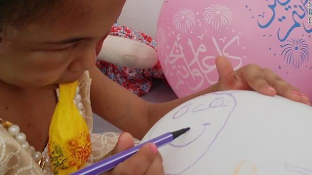 Hình ảnh cô bé 5 tuổi khiến cả thế giới phải sững sờ trước thảm hoạ nhân đạo tại quê hương Yemen - Ảnh 3.