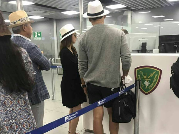 Lộ ảnh hiếm hoi Bi Rain và Kim Tae Hee đội mũ đôi tại sân bay Ý trong kỳ nghỉ dưỡng thai