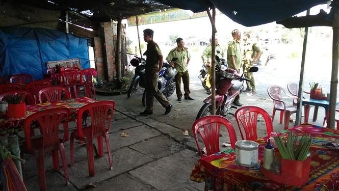 Lực lượng quản lý thị trường kiểm tra quán ăn của vợ chồng ông Nhân vào sáng 7.9 /// ẢNH: KHÔI NGUYÊN