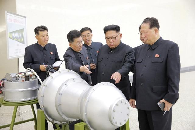 Nhà lãnh đạo Kim Jong-un thị sát một vật thể được cho là đầu đạn tên lửa Triều Tiên (Ảnh: Reuters)