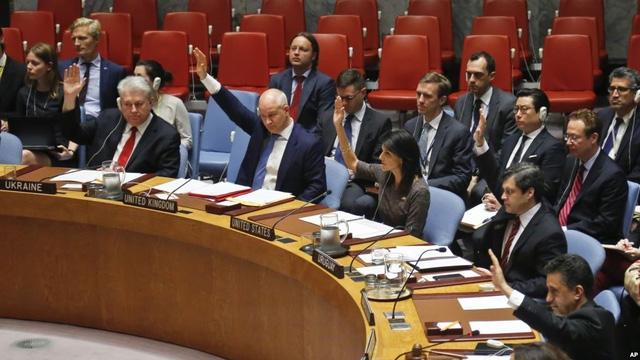 Đại sứ các nước tại Liên Hợp Quốc giơ tay biểu quyết về lệnh trừng phạt Triều Tiên tại trụ sở Liên Hợp Quốc hồi tháng 6 (Ảnh: AP)