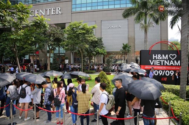 H&M khai trương: 11h mới mở cửa mà từ 9h sáng dân tình đã đội nắng xếp hàng dài dằng dặc bên ngoài chờ đợi - Ảnh 2.