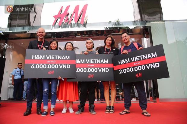 H&M mở cửa đón khách: Đông tới nỗi bên ngoài kẹt cứng, bên trong loạn lạc - Ảnh 5.