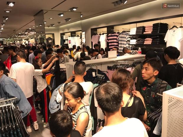 H&M mở cửa đón khách: Đông tới nỗi bên ngoài kẹt cứng, bên trong loạn lạc - Ảnh 22.