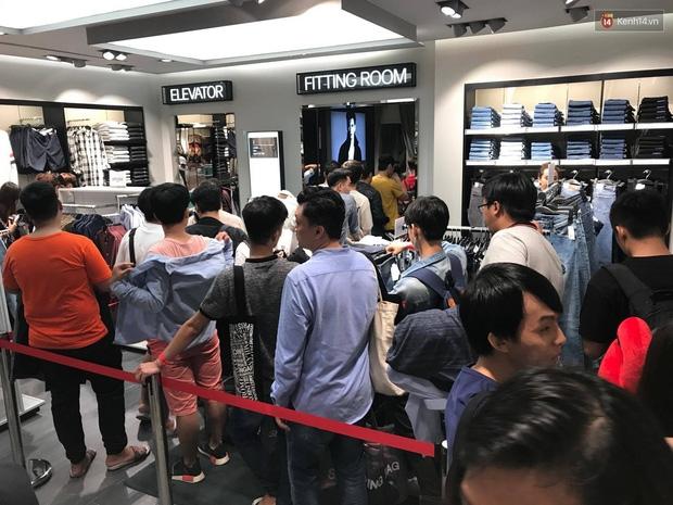 H&M mở cửa đón khách: Đông tới nỗi bên ngoài kẹt cứng, bên trong loạn lạc - Ảnh 25.