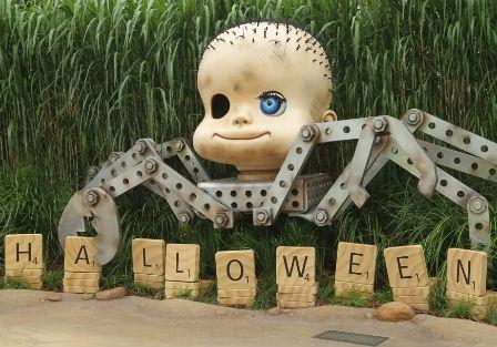 Nhiều người so sánh con cua với Babyface, đồ chơi có đầu búp bê và thân cua trong bộ phim Toy Story