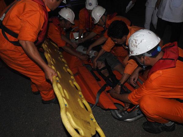 Cứu ngư dân bị gãy cả 2 tay, chân khi đánh bắt trên biển Hoàng Sa