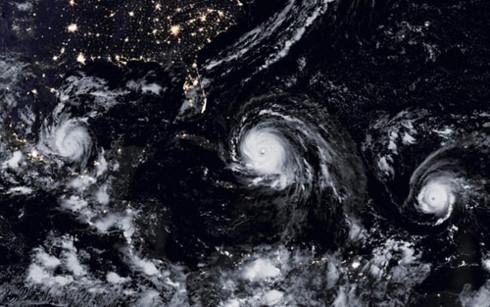 3 cơn bão cùng lúc càn quét vùng biển Caribbean. Ở giữa và mạnh nhất là Irma, bên trái là Katia và bên phải là Jose. (Ảnh: AFP)