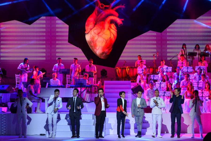 Live show Ha Anh Tuan: 'Nham mat, that day an toan va bay' hinh anh 3