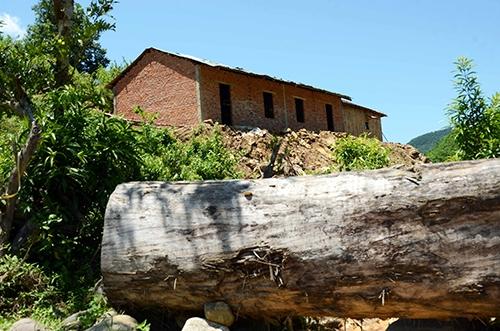 Một ngôi nhà cấp 4, 2 gian được xây bằng gạch, xi măng. Ảnh: Thạch Thảo.