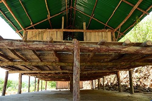 Một số nhà sàn được xây kiên cố với gỗ bạch đàn, tre lồ ô và mái tôn. Ảnh: Thạch Thảo.