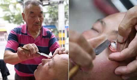 Ông Xiong Gauwu cạo mắt cho khách