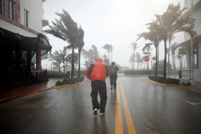 Người dân khu vực South Beach, Florida vẫn ở trên đường khi bão sắp đến /// Reuters