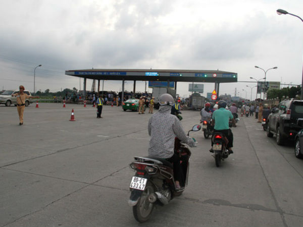 Công an Hưng Yên lên tiếng vụ tài xế trả tiền lẻ ở trạm QL5