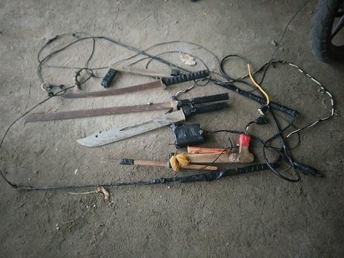 Dụng cụ hành nghề và các hung khí của nhóm cẩu tặc vừa bị lực lượng chức năng thu giữ.
