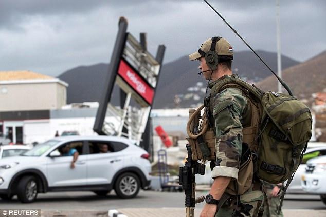 Cướp bóc bằng súng và mã tấu sau bão - Ảnh 3.