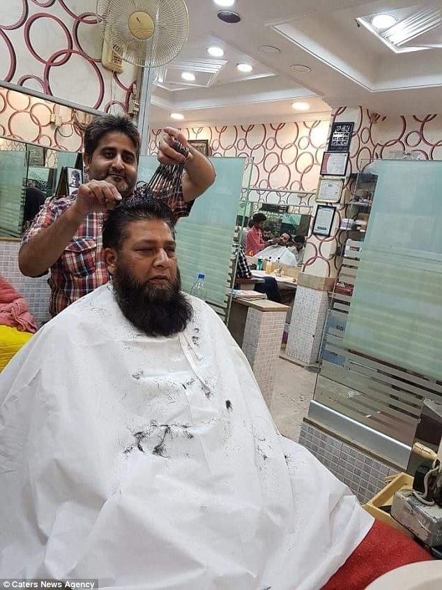 Sadiq cầm một lúc 15 cây kéo để cắt tóc