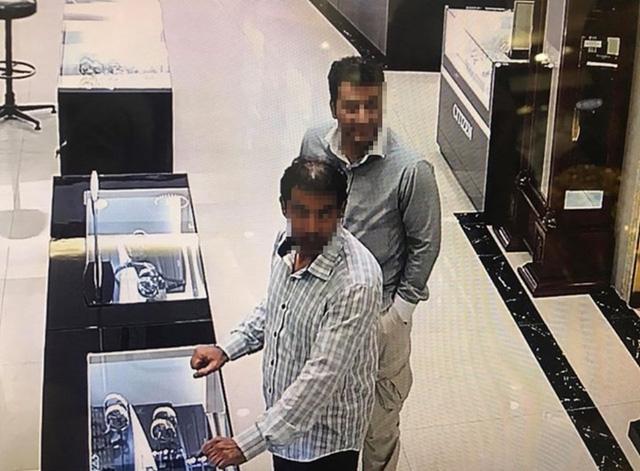 Hai đối tượng người nước ngoài được cho là giả vờ mua đồng hồ, sau đó trộm cắp luôn chiếc đồng hồ trị giá hơn 200 triệu đồng (ảnh chụp lại từ facebook của anh Nguyễn Thanh Tùng là quản lý cửa hàng)