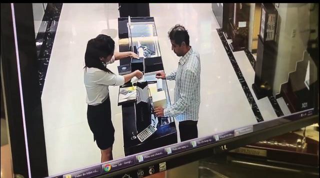 Lợi dụng sự sơ hở của nhân viên, đối tượng đã nhanh tay lấy đồng hồ cho vào túi quần (ảnh chụp lại từ Clip)