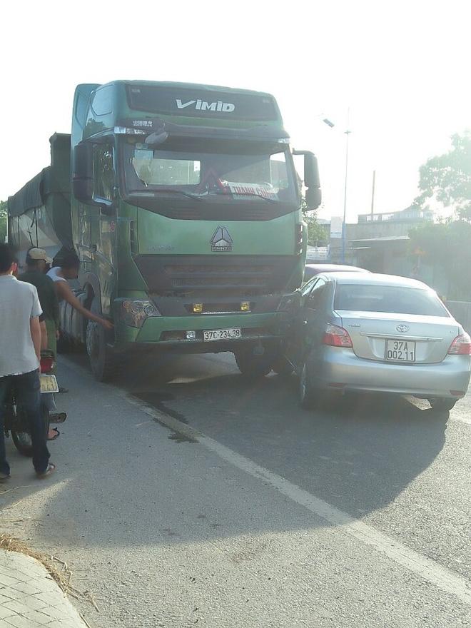 Hai thai phụ thoát chết thần kỳ sau vụ va chạm xe con và xe tải - Ảnh 1.