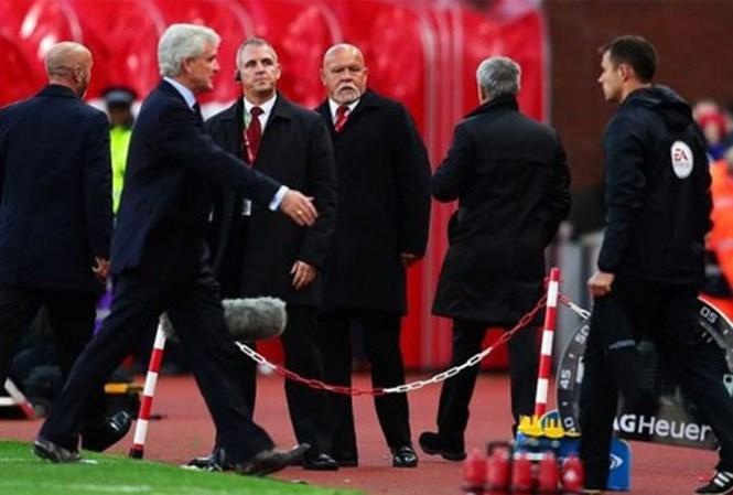 Mourinho bước đi, không thèm bắt tay người đồng nghiệp. Ảnh: Reuters.