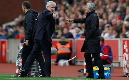 HLV Stoke City tiết lộ lý do bị Mourinho từ chối bắt tay - ảnh 1