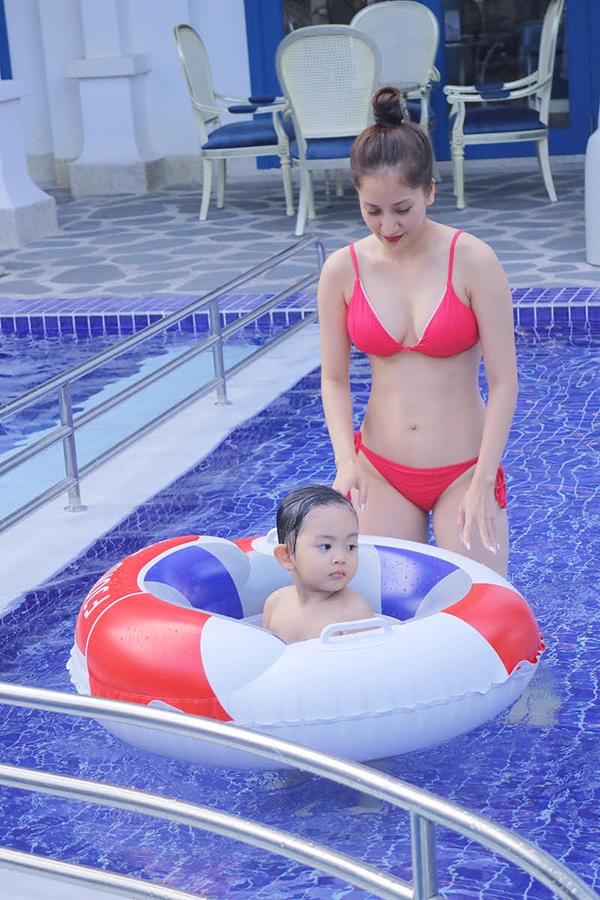 khanh-thi-mac-bikini-goi-cam-vui-dua-cung-con-trai-2