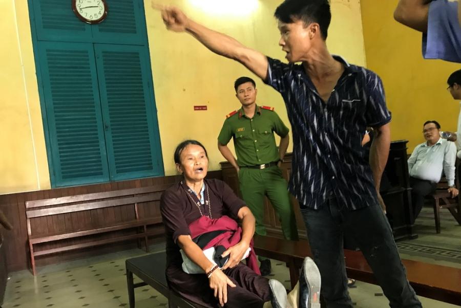Náo loạn tại phiên tòa xử vụ sáng tố hiếp dâm, chiều mới hiếp - Ảnh 2.
