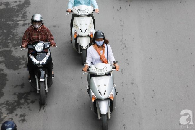 Người Hà Nội thích thú đón đợt gió lạnh đầu tiên trong năm - Ảnh 2.