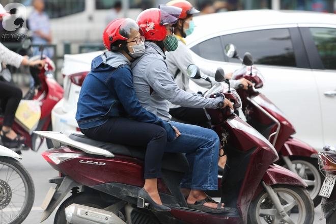Người Hà Nội thích thú đón đợt gió lạnh đầu tiên trong năm - Ảnh 4.