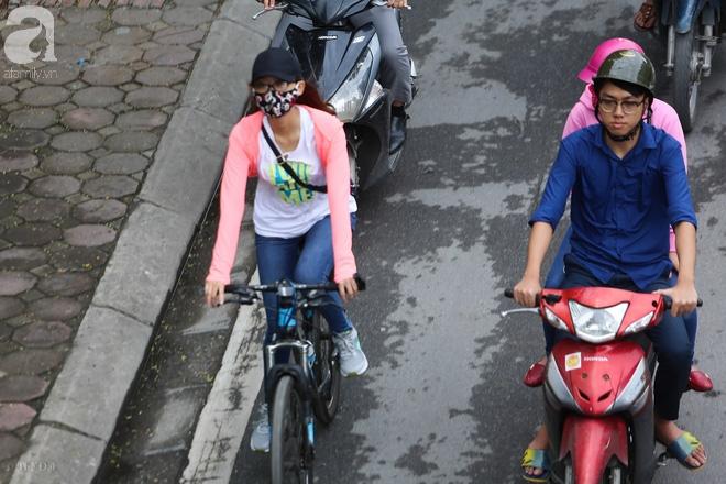 Người Hà Nội thích thú đón đợt gió lạnh đầu tiên trong năm - Ảnh 5.