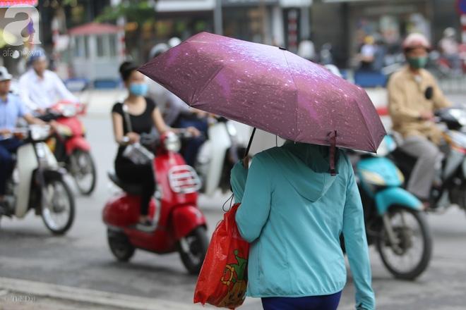 Người Hà Nội thích thú đón đợt gió lạnh đầu tiên trong năm - Ảnh 7.
