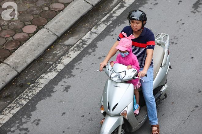 Người Hà Nội thích thú đón đợt gió lạnh đầu tiên trong năm - Ảnh 13.