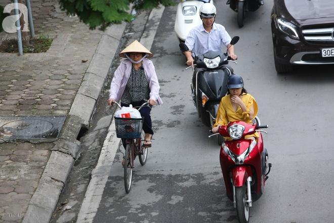 Người Hà Nội thích thú đón đợt gió lạnh đầu tiên trong năm - Ảnh 14.