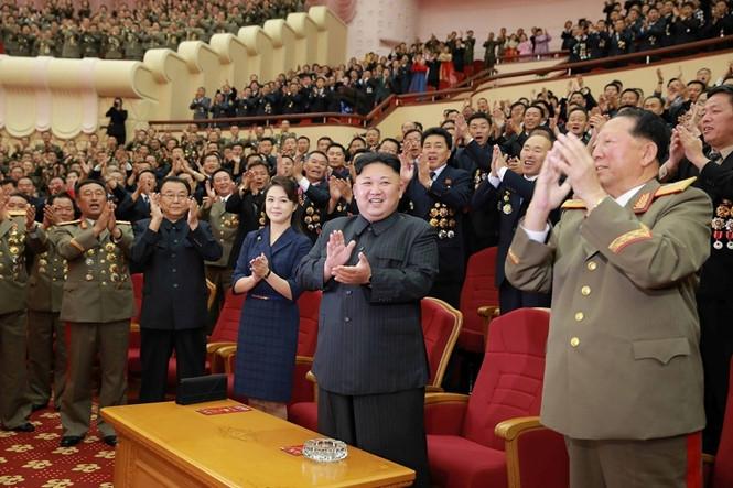 Nhà lãnh đạo Kim Jong-un cùng các quan chức trong buổi chào đón những nhà khoa học, kỹ sư hạt nhân đóng góp cho đợt thử bom H vừa qua /// Reuters