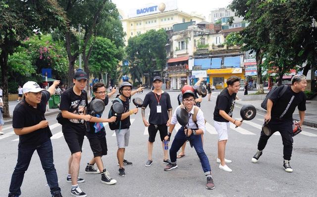 Các bạn trẻ mang chảo từ nhà lên phố đi bộ tham gia chạy.
