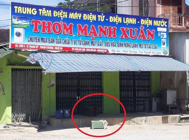 Cửa hàng của gia đình bà Oanh đóng cửa sau khi bị người chơi hụi đến siết nợ. Két sắt và một số đồ vật vứt chỏng chơ bên ngoài
