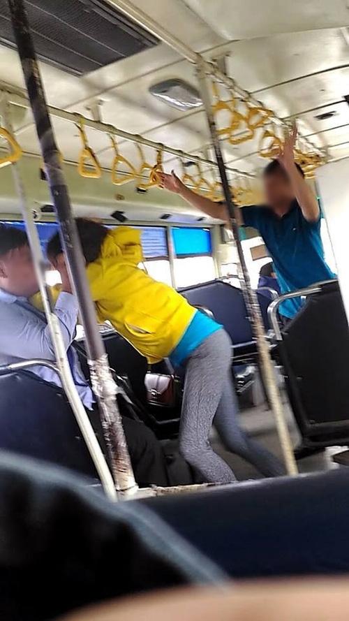 Xôn xao clip đôi nam nữ tranh cãi kịch liệt rồi lao vào đánh nhau với phụ xe buýt vì không được mở cửa sổ - Ảnh 2.