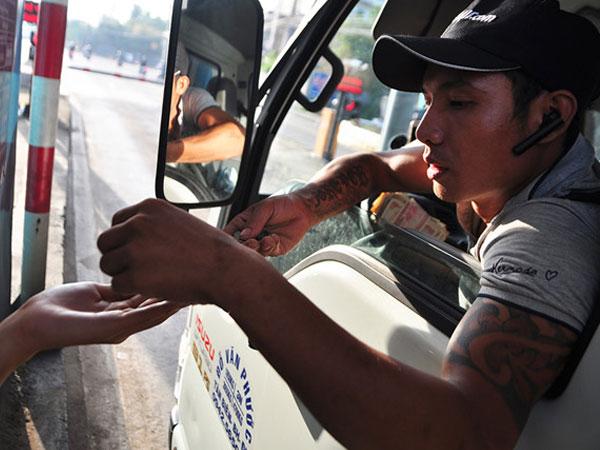 Tài xế lại dùng đồng xu trả phí qua trạm BOT tuyến tránh Biên Hoà