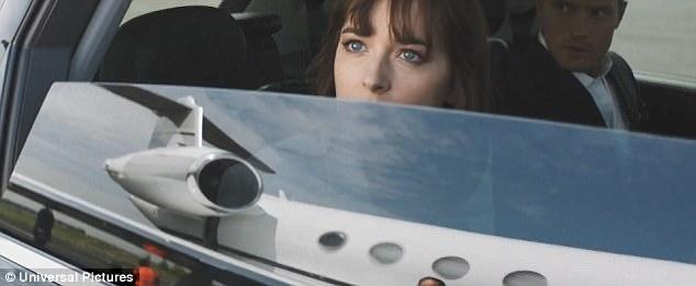 Trailer chính thức của phim sẽ bắt đầu xuất hiện ngoài rạp chiếu từ tháng 11. Hai phần phim trước đã thu về tổng cộng 949,8 triệu USD từ phòng vé toàn cầu. Trong ảnh, Ana sửng sốt trước chiếc máy bay mà Christian sở hữu.