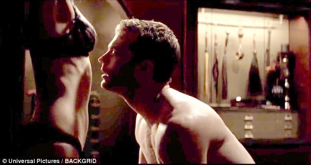 Christian và Ana vẫn tiếp tục yêu đương mặn nồng như những phần phim trước. Những cảnh nóng bạo liệt vẫn sẽ được khai thác trong phần 3.