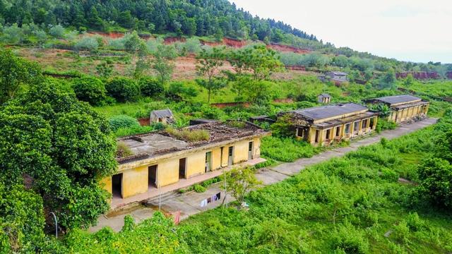 Trại phong Đá Bạc nằm giữa những ngọn đồi heo hút trên địa bàn xã Minh Phú, Sóc Sơn, Hà Nội. Năm 2013, trại được di dời đi nơi khác nhưng có 10 bệnh nhân vẫn quyết tâm ở lại. Tới đây, cảm giác cô đơn, hoang tàn hiện rõ qua những dãy nhà bỏ hoang xuống cấp.