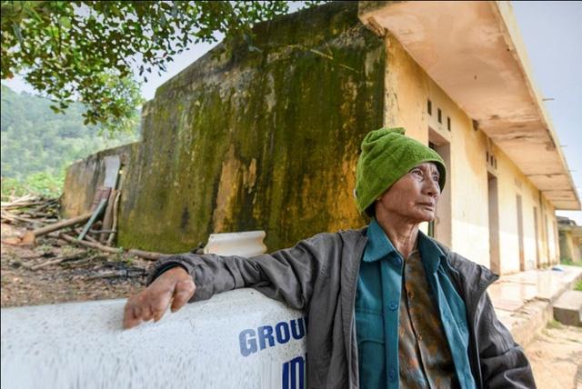 """Trong số ít bệnh nhân còn ở lại cụ Khuất Thị Oanh, 70 tuổi, quê Phú Thọ. Cụ Oanh kể: Một hôm khi đang nấu cơm tự dưng tôi thấy có cảm giác như có kiến bò ở trên mặt, sau hơ tay vào lửa thì không thấy nóng. Một thời gian sau tôi biết tôi bị bệnh. Tôi ở trại phong này gần nữa thế kỷ rồi, nên khi trại chuyển đi, tôi vẫn muốn ở lại cho đến lúc sang thế giới bên kia""""."""