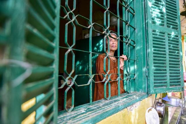 """Cụ Nguyễn Thị Sợi là một những người đầu tiên sống ở trại Đá Bạc, đến nay đã được gần 50 năm. Cụ tâm sự: Khi trại chuyển đi, tôi buồn lắm, lúc nào cũng cảm thấy cô đơn. Nhưng cô đơn mãi rồi cũng quen. Chính Tôi là người xin ở lại vì ở đây lâu quá rồi, quen không khí, quen với những căn phòng này với bao nhiêu kỷ niệm""""."""