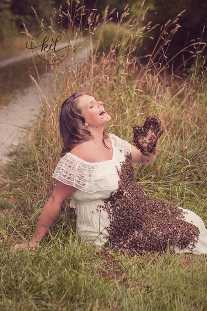 Bí mật bất ngờ phía sau bức hình mẹ bầu chụp hình cùng hàng ngàn con ong - Ảnh 1.