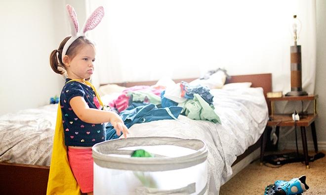 Con gái 2 tuổi đã làm việc nhà thành thạo – bà mẹ này có cách dạy con cực hay - Ảnh 1.