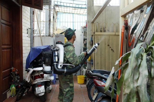 Hà Nội vẫn đang nỗ lực diệt muỗi, loăng quăng để khống chế sự gia tăng các ca mắc mới SXH.