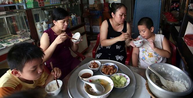 Bữa cơm của gia đình bà Lương Diệu Hiền, cán bộ UBND P.Bình Hưng Hòa A (TP.HCM) /// Ảnh: Ngọc Dương