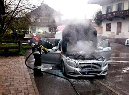 Quá tải cầu chì mạch bảo vệ khởi động đã khiến hơn 1 triệu xe Mercedes-Benz phải triệu hồi vì nguy cơ cháy.