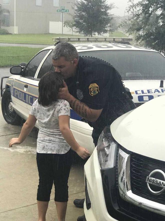 Nghẹn ngào cảnh bố hôn con gái dưới mưa trước khi làm nhiệm vụ trong siêu bão Irma - Ảnh 1.